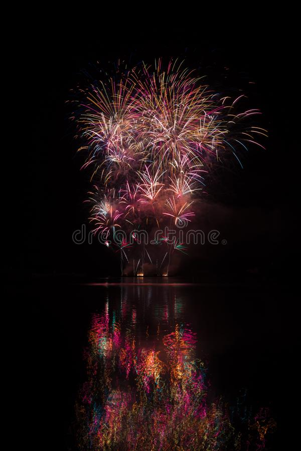 Wspaniali, duzi i bogaci fajerwerki nad Brno tamą z jeziornym odbiciem, zdjęcia royalty free