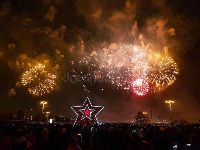 Wspaniali kolorowi fajerwerki na zwycięstwo dniu Tłum ludzie ogląda fajerwerki Moskwa, obrazy stock