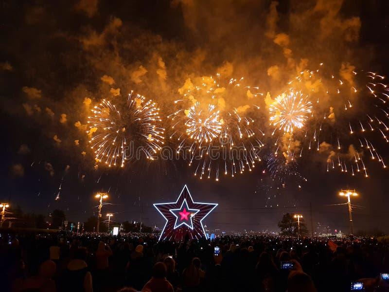 Wspaniali kolorowi fajerwerki na zwycięstwo dniu Tłum ludzie ogląda fajerwerki Moskwa, fotografia royalty free