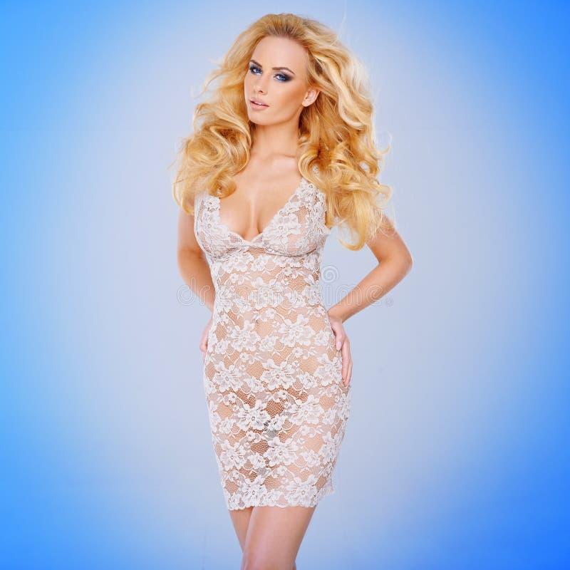 Wspaniali młodzi blondyny w a przez sukni fotografia stock