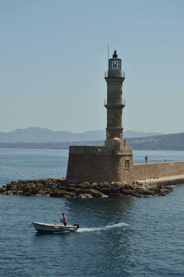 Wspaniali widoki dawności latarnia morska Z statkiem W porcie Chania Historii architektury podróż zdjęcie royalty free