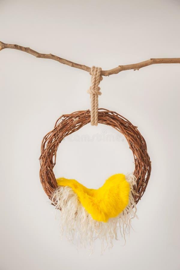 Wsparcia dla fotografować noworodków, breloczka pierścionek od winogradu z żółtą łupą na gałąź zdjęcie royalty free