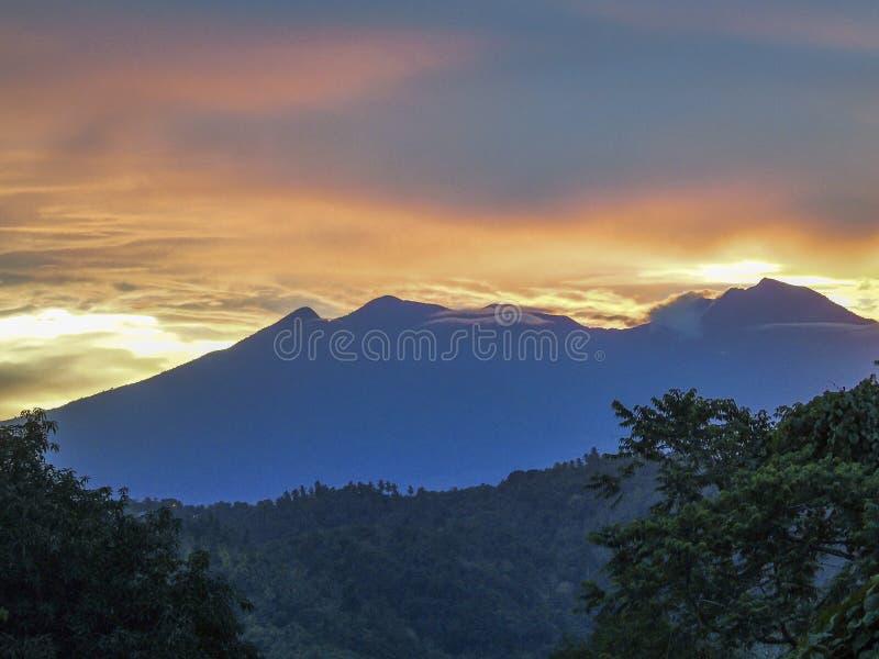Wspina się Apo szczyt przy świtem w Davao mieście obraz royalty free