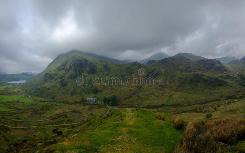 wspina się do przepustki przegląda w kierunku Snowdon od A498 punkt widzenia, Walia obraz royalty free