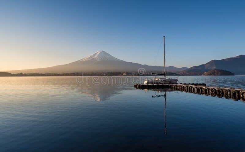 Wspina się Fuji w wczesnym poranku z odbiciem na jeziornym kawie fotografia stock