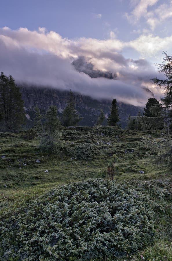 Wspina się Sass De Stria, niebieskie niebo z chmurami i mgłę przy wschodem słońca, Falzarego przepustka, dolomity, Veneto, Włochy zdjęcia royalty free