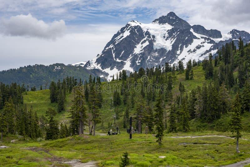 Wspina się Shuksan w odległości, nieużywany narciarski dźwignięcie w przedpolu zdjęcia stock