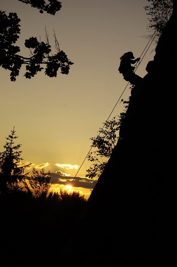 Wspina się w górę, arywista w skale, zmierzch w górach, sport, osoba, tajna zdjęcia stock