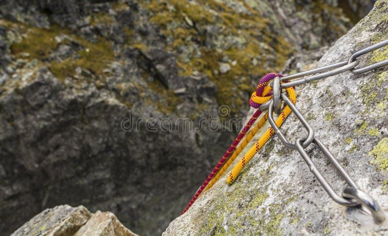 Wspinaczkowa arkana przekładająca rappel postawą, przygotowywającą dla spadku od szczytu zdjęcie stock