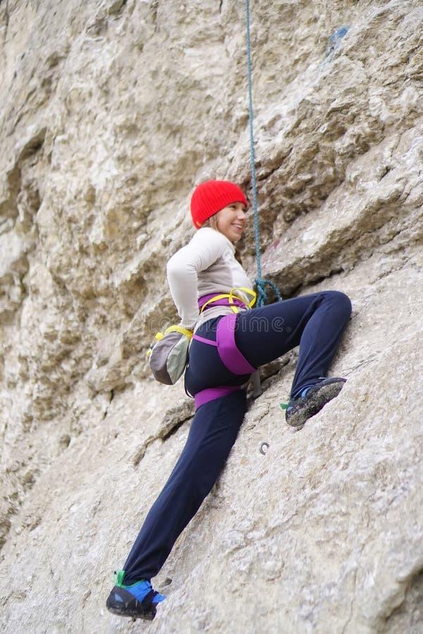 Wspinaczkowa dziewczyna w skałach zdjęcie stock