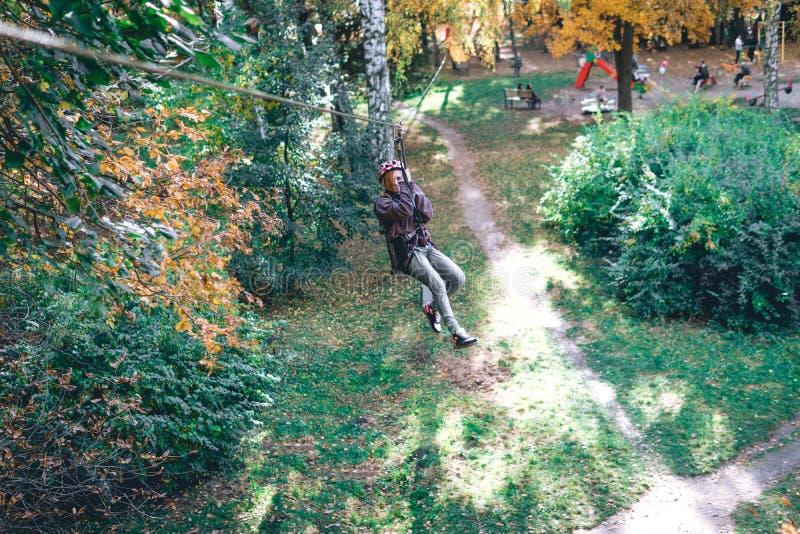 Wspinaczkowa przekładnia w przygoda parku angażuje w rockowym pięciu lub przechodzi przeszkody na linowej drodze, arboretum, ubez obrazy royalty free
