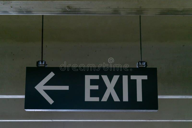 Wspinający się metalu wyjścia znak i strzała wskazuje lewica, obraz stock
