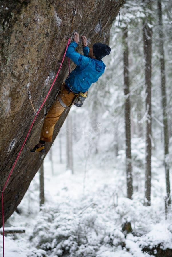 Wspinający się, zima, śnieg, cieszy się krańcowego zima sport Krańcowa aktywność obraz stock
