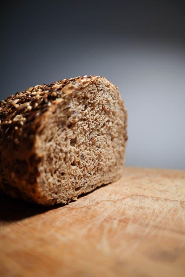 Wstawia się chleb z udziałami ziarna obrazy stock