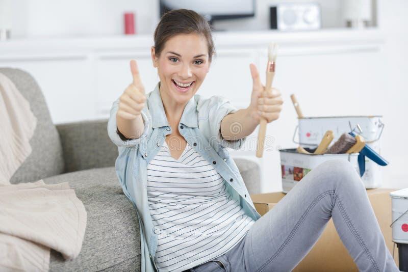 Wstrząśnięta piękna młoda kobieta ono uśmiecha się dla sukcesu diy fotografia stock
