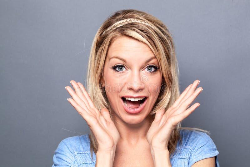 Wstrząśnięta wspaniała kobieta wyraża szczęście i wellbeing obraz royalty free