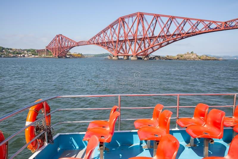 Wszczyna łódź robi round wycieczki linii kolejowej mostowi blisko Naprzód zdjęcia stock