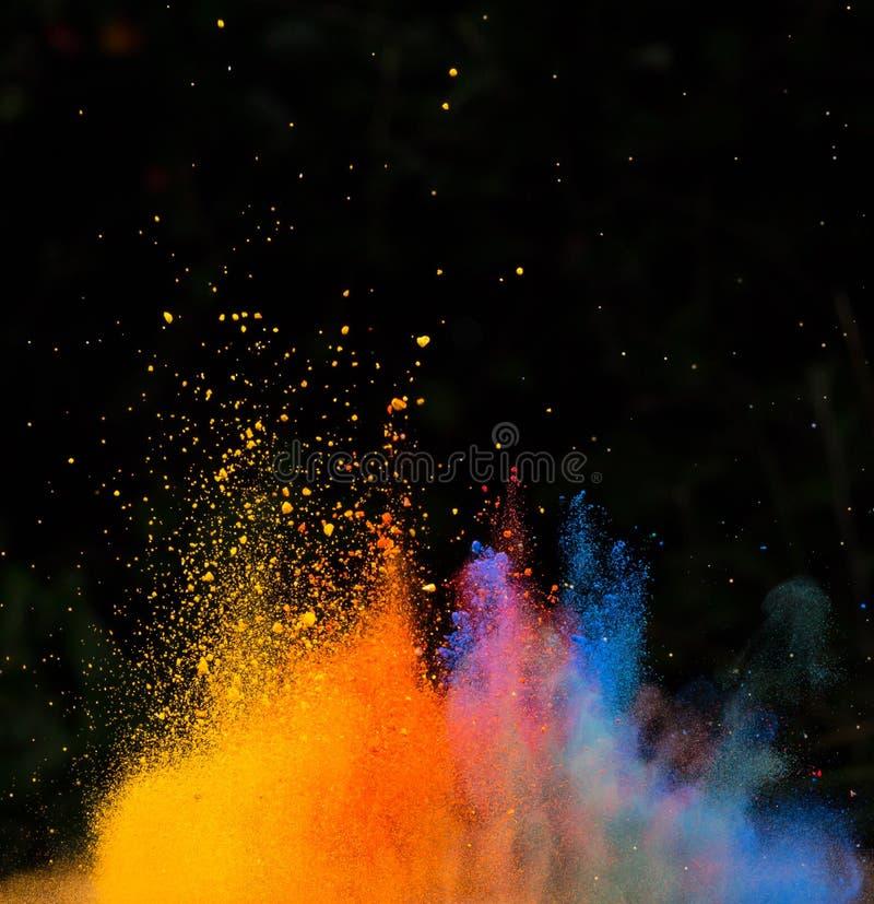 Wszczynający kolorowy proszek nad czernią fotografia stock