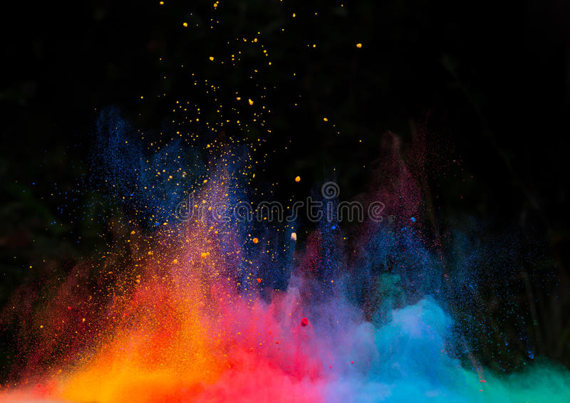 Wszczynający kolorowy proszek nad czernią obraz stock