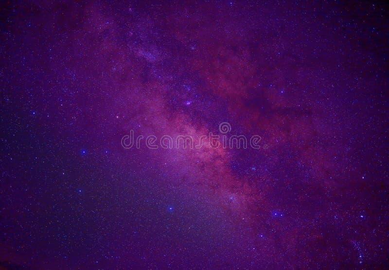 Wszechświatu milky sposobu astronautyczny galaxy z dużo gra główna rolę przy nocą obraz stock