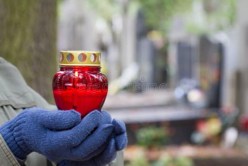 Wszystkie chrześcijanin ręki z świeczki światłem pamięć na cmentarzu i świętego ` dzień fotografia stock