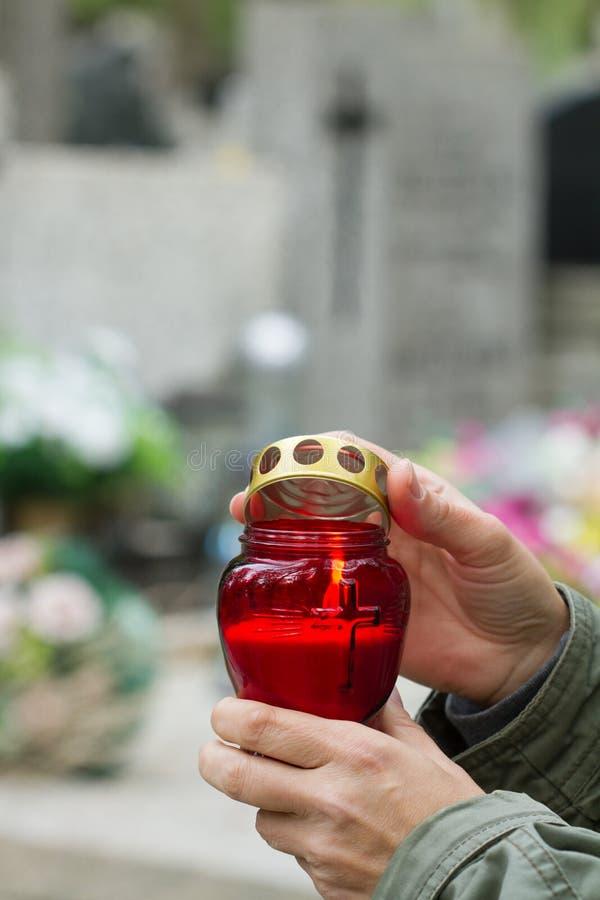 Wszystkie chrześcijanin ręki z świeczki światłem pamięć na cmentarzu i świętego ` dzień zdjęcie royalty free