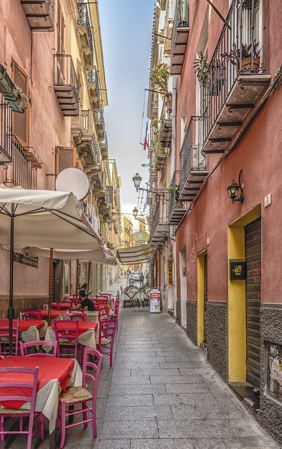 Wszystkie wizerunki Zwężają się ulicę w Starym mieście Cagliari Sardinia Włochy zdjęcia royalty free