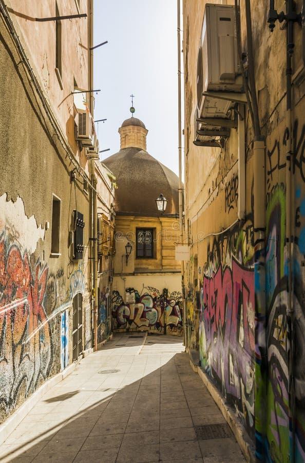 Wszystkie wizerunki Zwężają się ulicę w Starym mieście Cagliari Sardinia Włochy obraz royalty free
