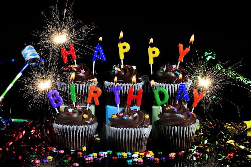 Wszystkiego Najlepszego Z Okazji Urodzin babeczki z Sparklers obraz stock