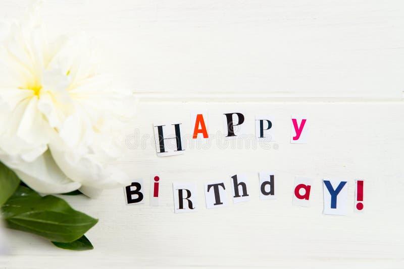 Wszystkiego Najlepszego Z Okazji Urodzin listy Cią out od magazynów i biel peoni zdjęcie stock