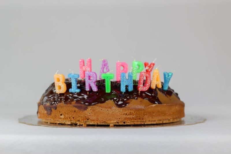 Wszystkiego najlepszego z okazji urodzin tort z czekolady pokrywy t?a koloru bia?ej b??kitnej czerwonej dekoracji karmowy wakacyj zdjęcia stock