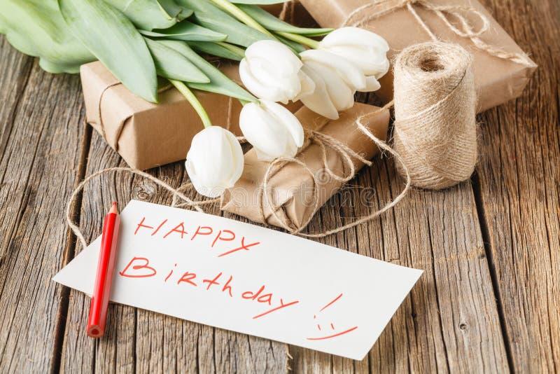 Wszystkiego najlepszego z okazji urodzin wiadomość z kwiatami na wieśniaka stole z kwiatami obrazy royalty free