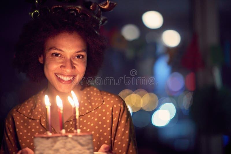 Wszystkiego najlepszego z tortem urodzinowym zdjęcia stock