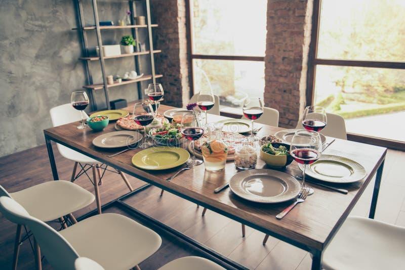 Wszystko przygotowywa! Szczodrze słuzyć drewniany stół z yummy świeżym d zdjęcie stock