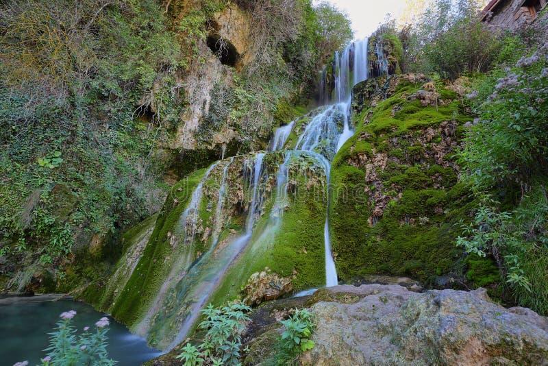 Wterfall en el pueblo de Tobera, Burgos, España fotografía de archivo libre de regalías