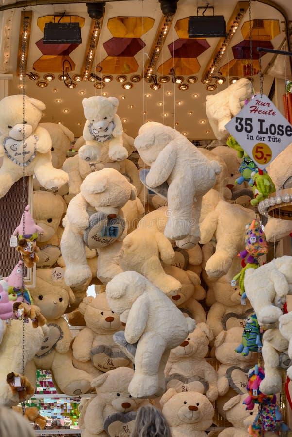 Wtykający faszerujący niedźwiedzie przy Oktoberfest, Stuttgart obrazy royalty free