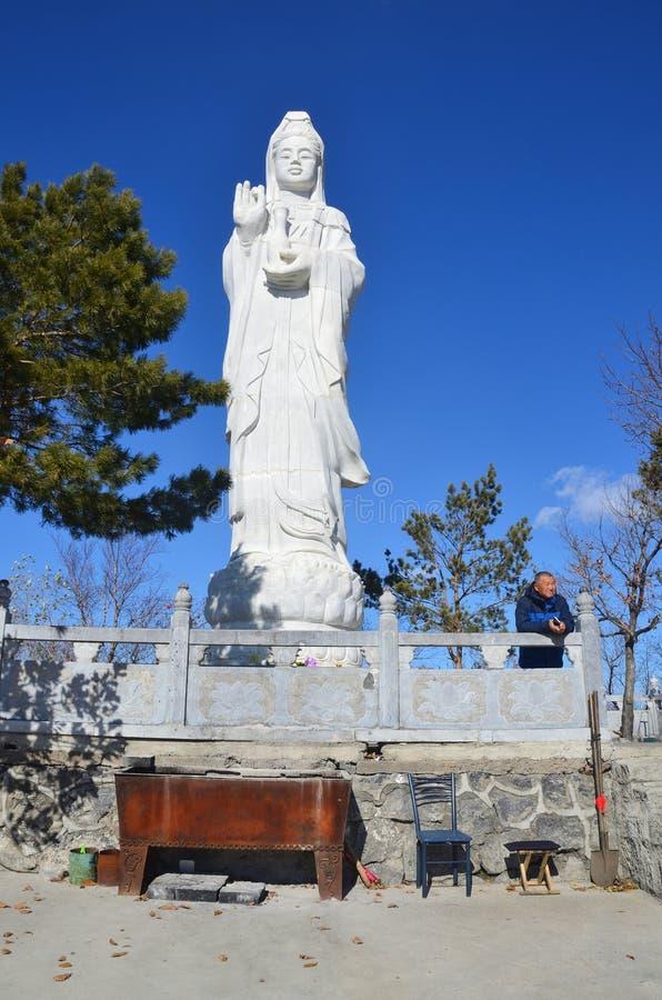 Wudalianchi, Китай, 15-ое октября 2017 Скульптура статуи revered буддийской богиней Guanyin на монастыре Zhongl стоковые фотографии rf