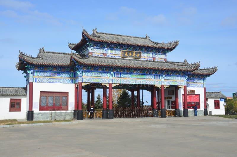 Wudalianchi, China, octubre, 07, 2017 La entrada a la entrada a la primavera mineral del norte en Wudalianchi imagenes de archivo