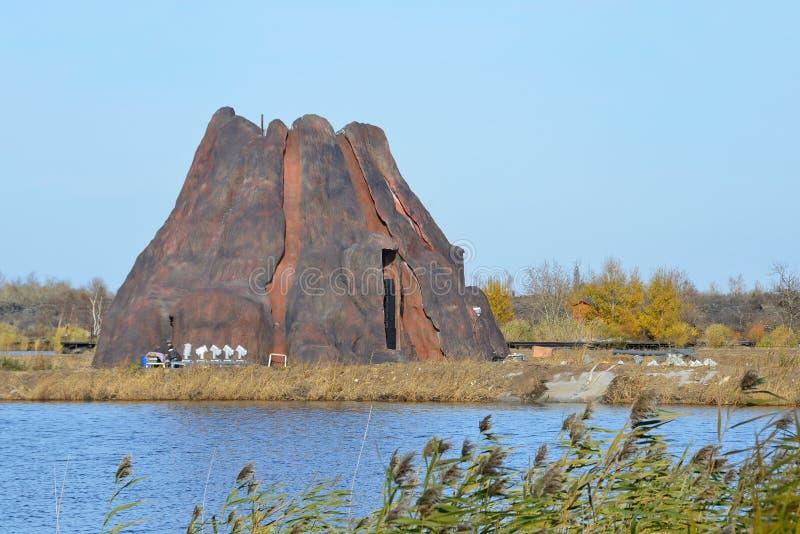 Wudalianchi Kina, Oktober, 07, 2017 Paviljong i formen av en vulkan på sjön Yaoquan i medborgaren Geopark i Wudalianchi i Chi royaltyfria foton