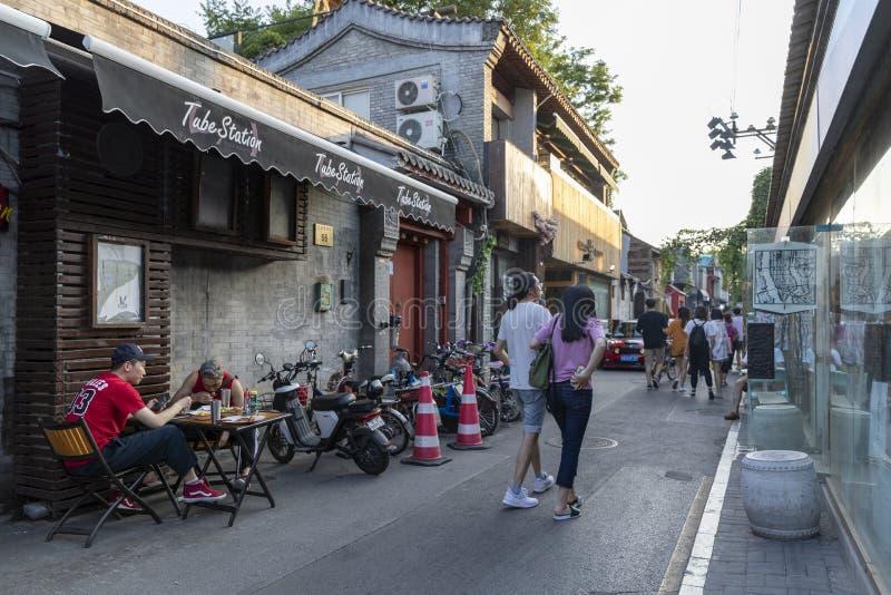 Wudaoyingen Hutong i Peking, Kina, är en av de kommersiella hutongsna i Peking royaltyfri bild