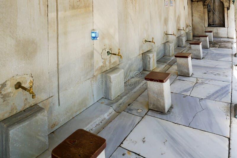 Wudu или зона омовения для моя ног перед входом мечети стоковое фото