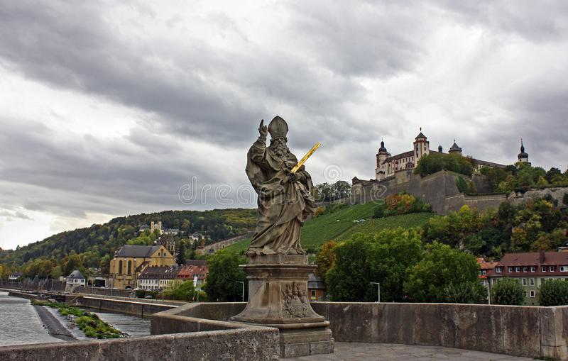 Wuerzburg - most z świętym Kilian zdjęcia stock
