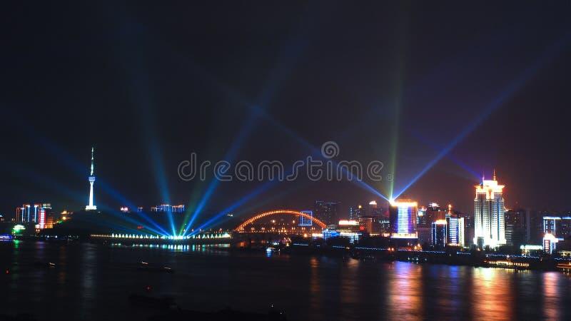 Wuhan bij nacht stock foto's