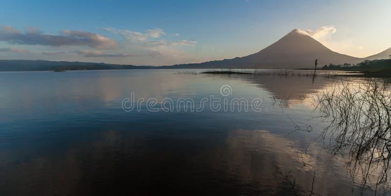 Wulkan Arenal w wczesnym poranku z odbiciem w wodzie fotografia stock