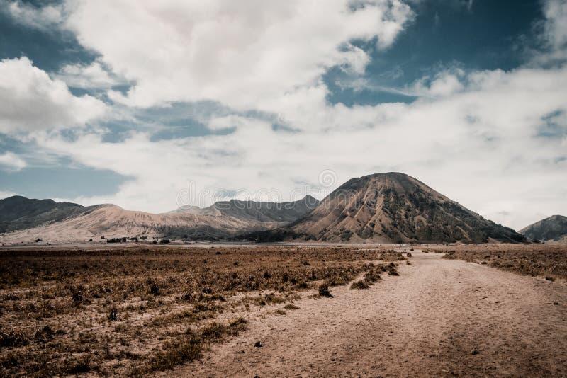 Wulkan Bromo i wulkan Batok Droga zdjęcia royalty free