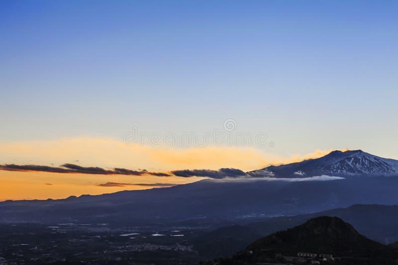 Wulkan Etna wybucha przy zmierzchem obraz royalty free