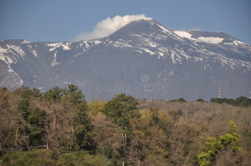 Wulkan w Włochy dymi Etna Sicily obraz stock