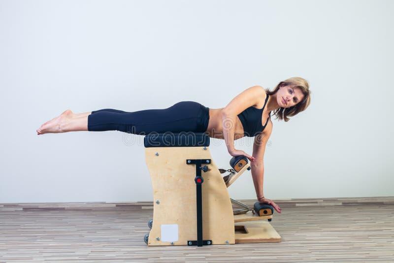 Wunda van Combo pilates zit de yogagymnastiek voor van de vrouwengeschiktheid stock fotografie