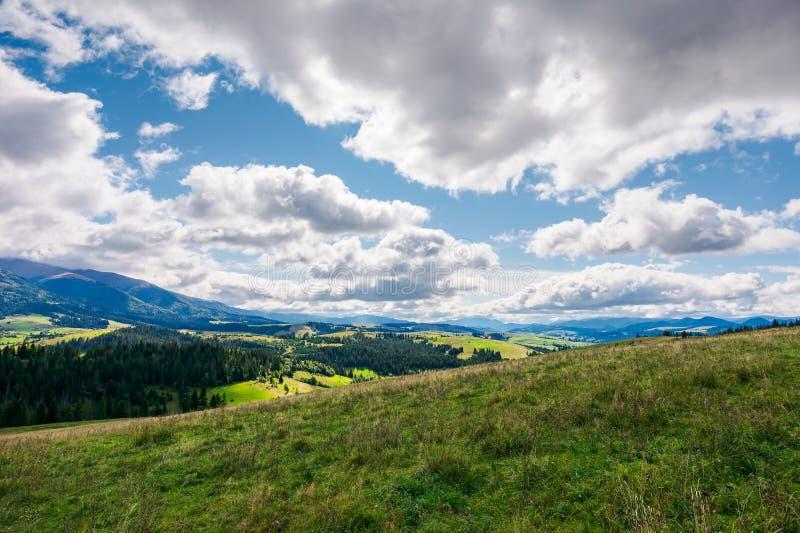 Wunderbare Gebirgslandschaft im Frühherbst lizenzfreie stockfotografie