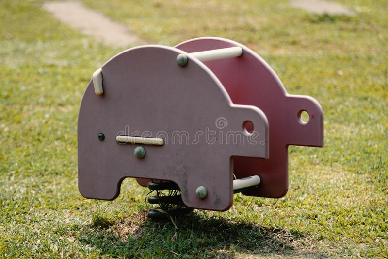 Wunderbare Retro- Elefant-Fahrt im Kinderspielplatz lizenzfreie stockbilder